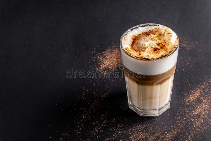 Caffè moderno e senza lattosio del cappuccino o del Latte con il latte della mandorla Sopra fuoco lo zucchero ha bruciato lo zucc fotografia stock libera da diritti
