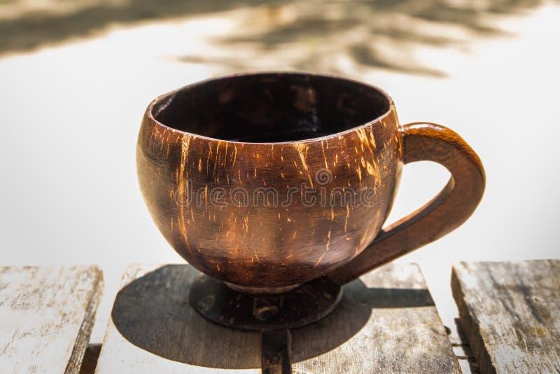 Caffè nelle coperture della noce di cocco per una mattina luminosa degli isolani immagini stock libere da diritti