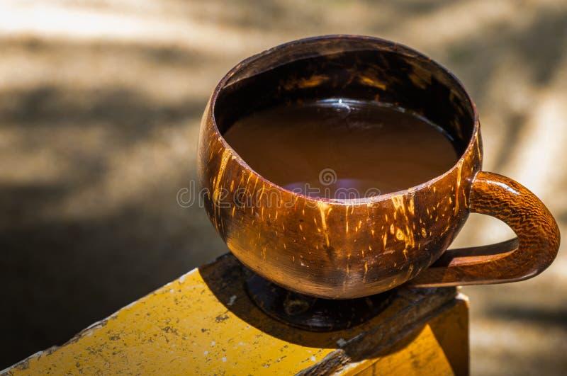 Caffè nelle coperture della noce di cocco per una mattina luminosa degli isolani immagine stock libera da diritti
