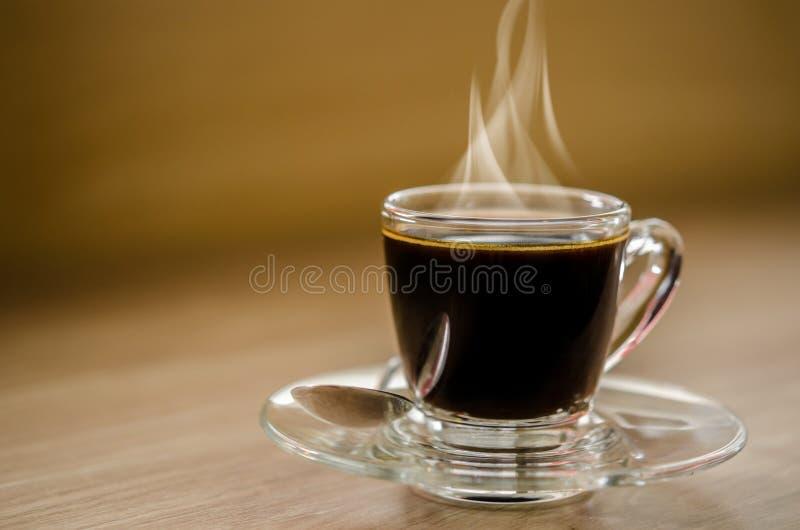Caffè nero caldo in tazza di vetro immagini stock libere da diritti