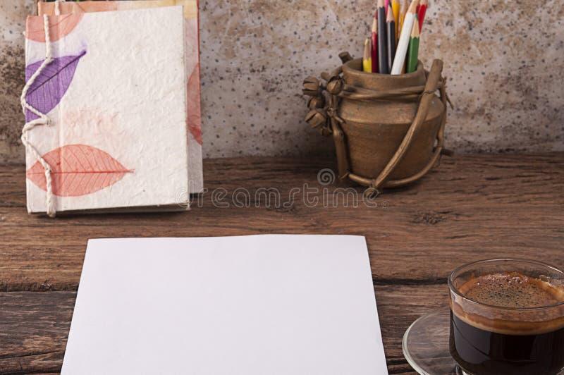 Caffè nero con carta su legno fotografie stock