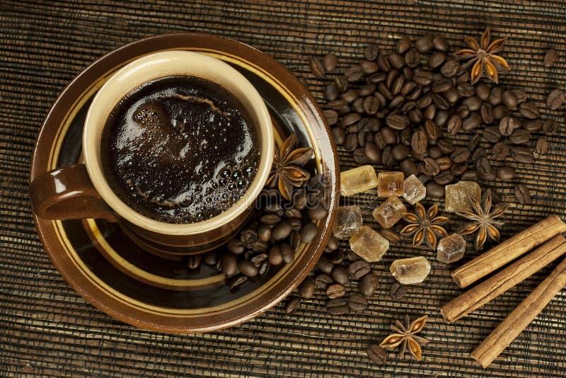 Caffè nero con le spezie fotografie stock