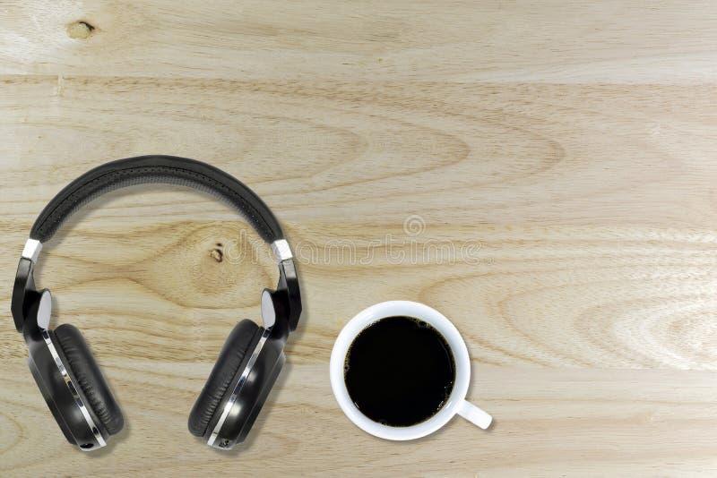 Caffè nero e la cuffia senza fili immagini stock