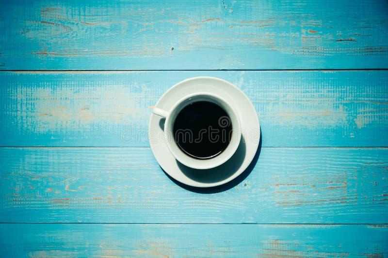 Caffè nero sulla tavola di legno blu immagini stock libere da diritti