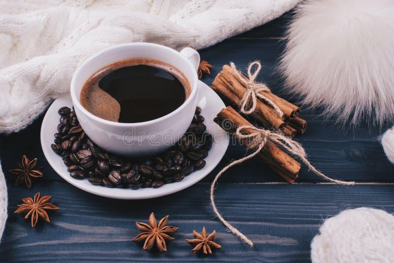 Caffè o cioccolato con cannella e badian - natura morta di inverno fotografie stock