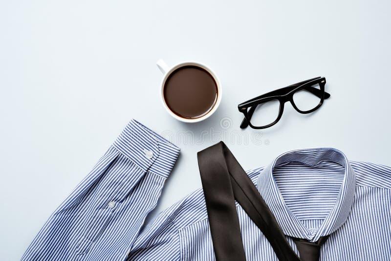 Caffè, occhiali, legame e camicia immagine stock