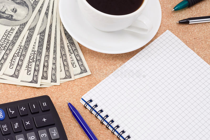 Caffè, penne, rilievo e dollari immagine stock libera da diritti