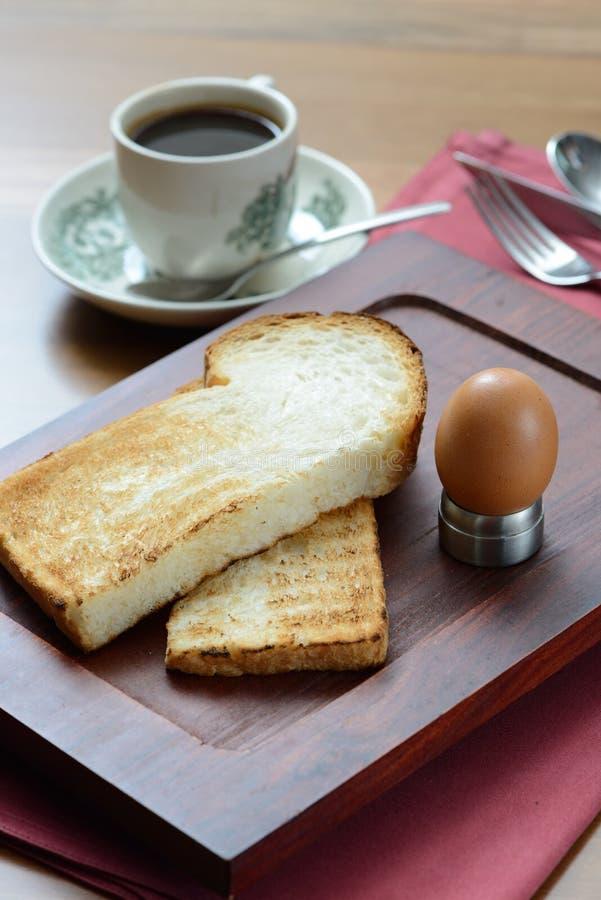 Caffè scuro di stile cinese del kopitiam in tazza d'annata e nel pane tostato fotografia stock libera da diritti