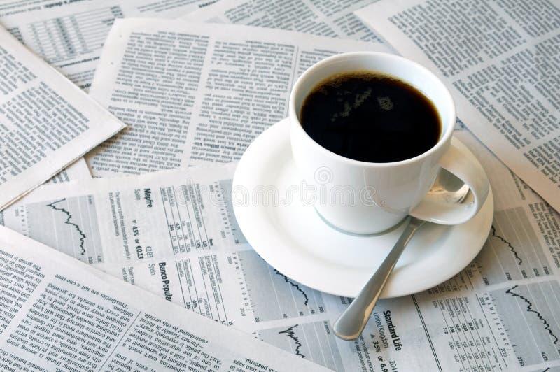 Caffè sopra il giornale immagini stock libere da diritti