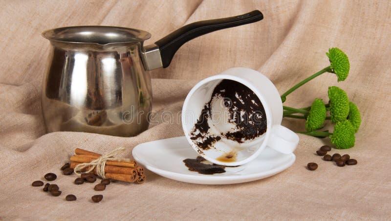 Caffè spesso in una tazza e nel Turco fotografia stock