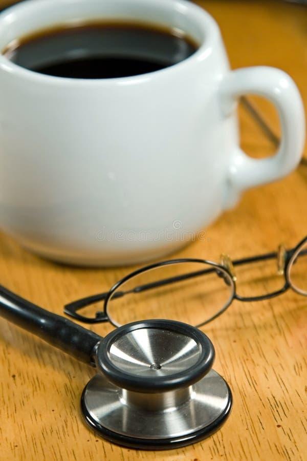 Caffè su un ripiano del tavolo immagine stock