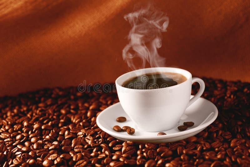 Caffè sui caffè-fagioli immagine stock libera da diritti