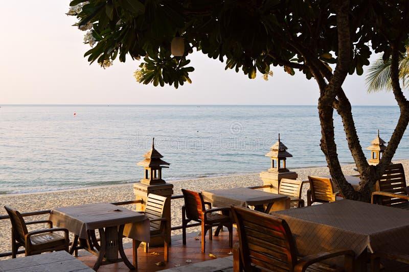 Caffè sulla spiaggia tropicale dell'isola fotografie stock