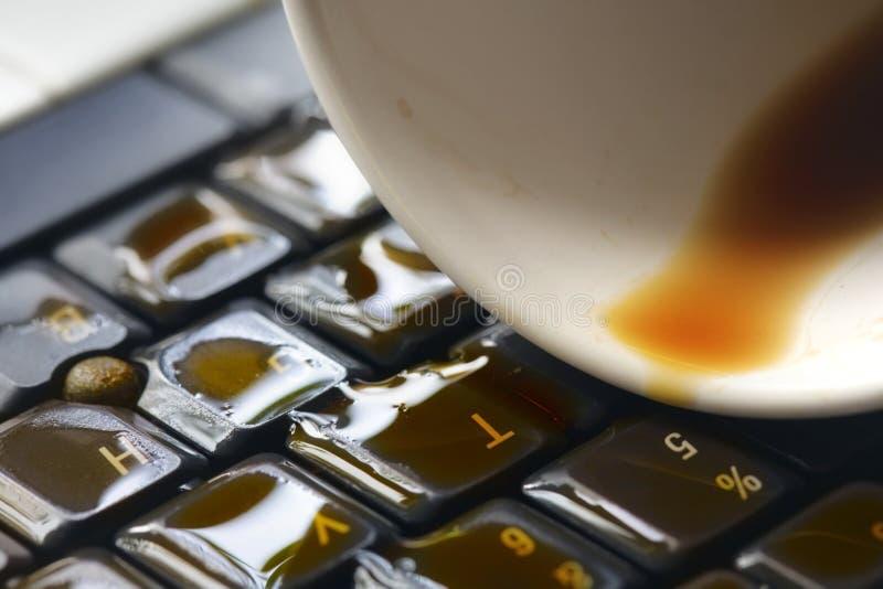 Caffè sulla tastiera di calcolatore fotografia stock libera da diritti