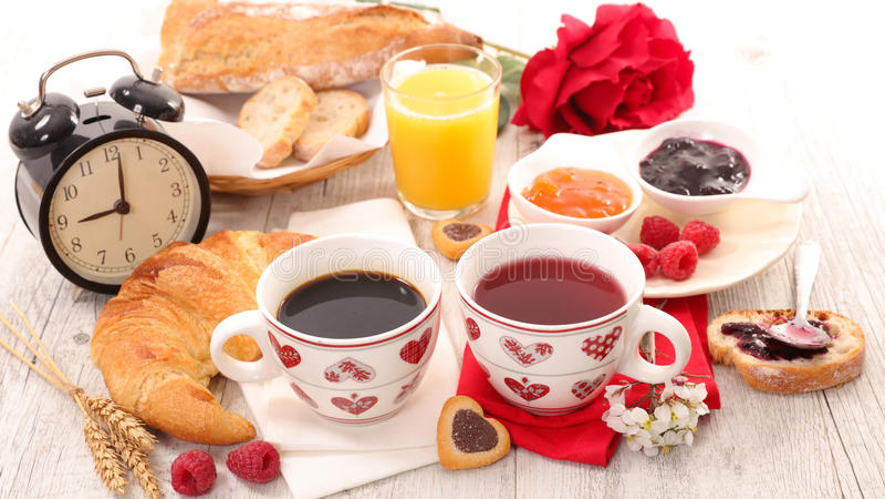Caffè, tè con il croissant ed inceppamento fotografia stock
