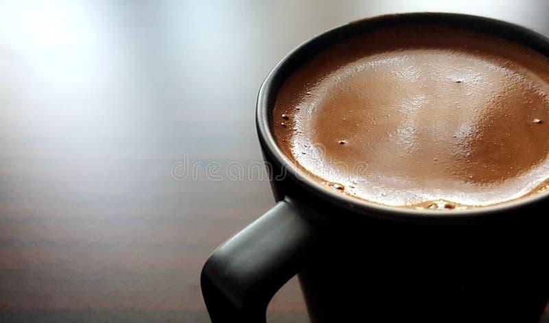 Caffè turco in tazza nera immagine stock