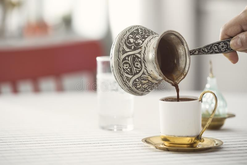 Caffè turco tradizionale con la caffettiera di rame fotografie stock libere da diritti