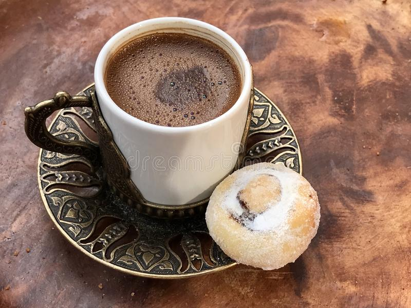 Caffè turco tradizionale con un biscotto immagine stock