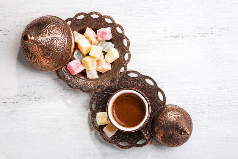Caffè turco tradizionale e delizia turca su fondo di legno misero bianco Vista superiore immagini stock