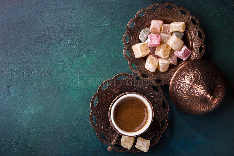Caffè turco tradizionale e delizia turca su fondo di legno verde scuro Disposizione piana immagine stock libera da diritti