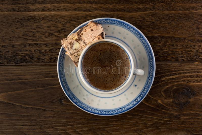 Caffè turco tradizionale e delizia turca su fondo scuro immagini stock libere da diritti