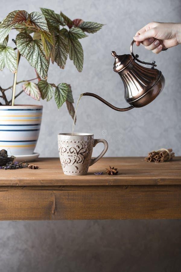 Caffè in una caffettiera di rame fotografia stock libera da diritti