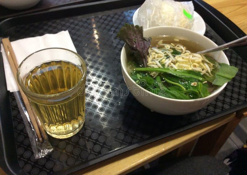 Caffè vietnamita dell'alimento - minestra di pasta di pho, tè e pane cotto a vapore fotografia stock