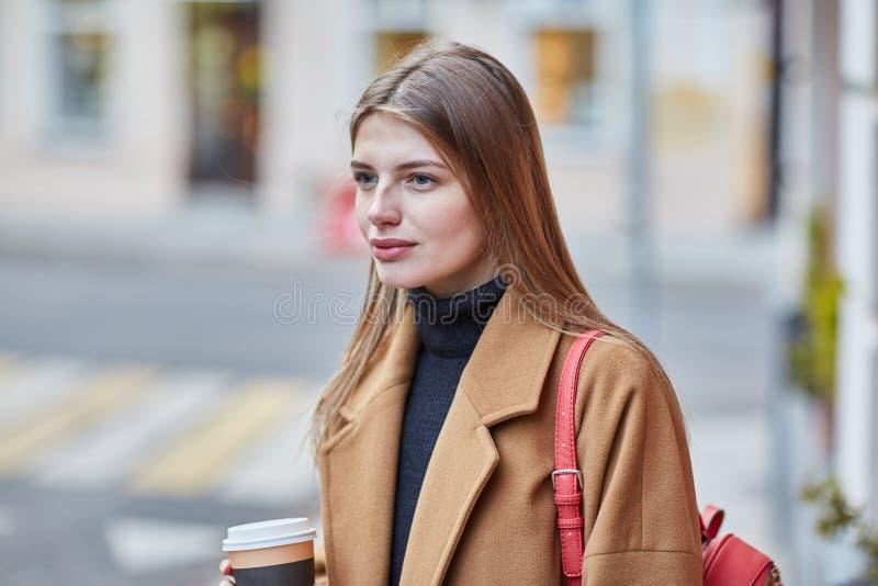 Caff? bevente della giovane donna alla moda da andare in una via della citt? fotografia stock libera da diritti