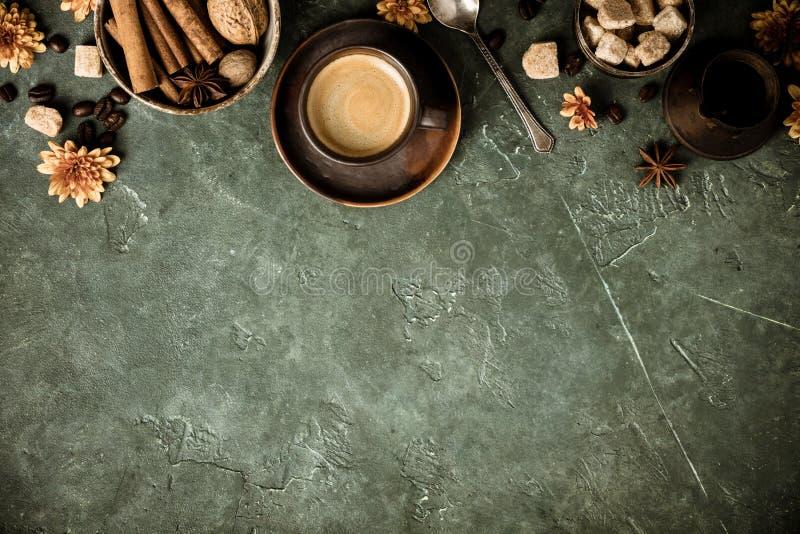 Caff?, fiori e spezie su vecchio fondo verde immagine stock