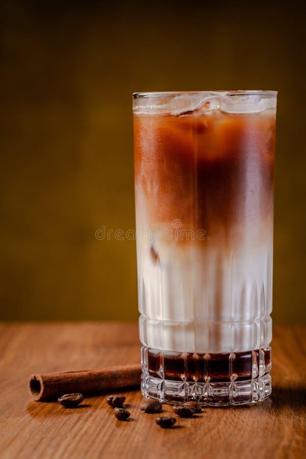 Caff? ghiacciato con ghiaccio Frappe, frappuccino con crema e cannella sulla tavola di legno Copi lo spazio fotografia stock