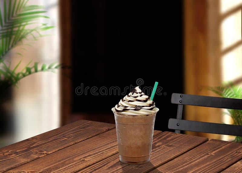 Caff? ghiacciato sulla tavola fotografia stock