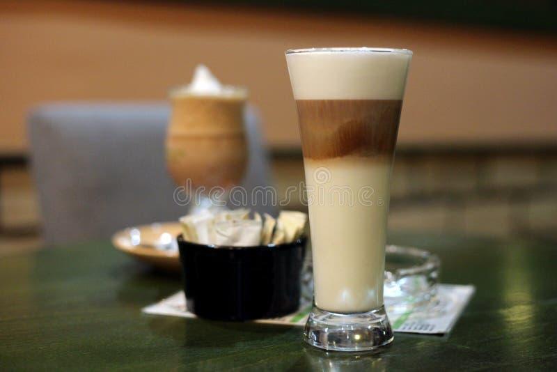 Caffee Latte macchiato w restauraci obraz stock