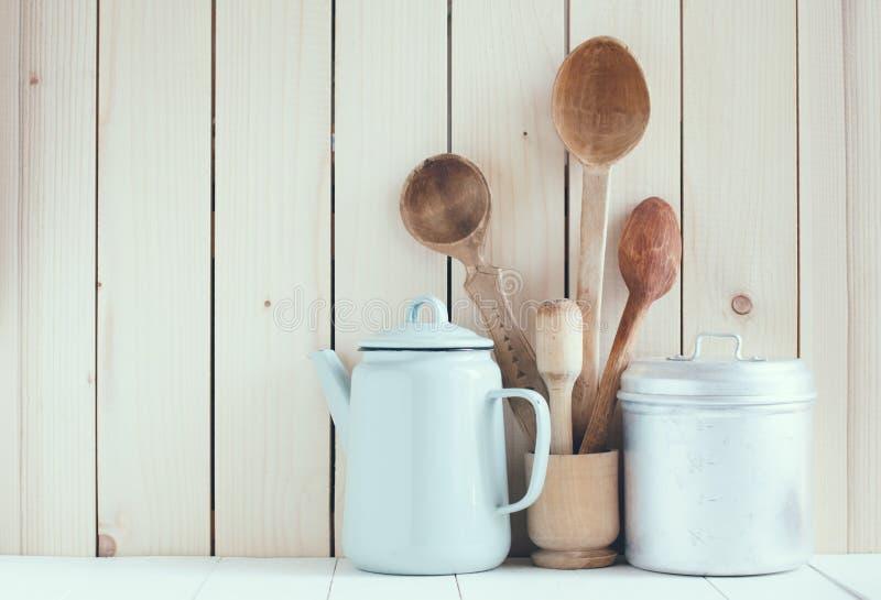 Caffettiera, tazze dello smalto e cucchiai rustici immagine stock