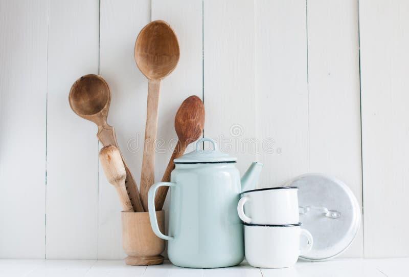 Caffettiera, tazze dello smalto e cucchiai rustici fotografia stock libera da diritti