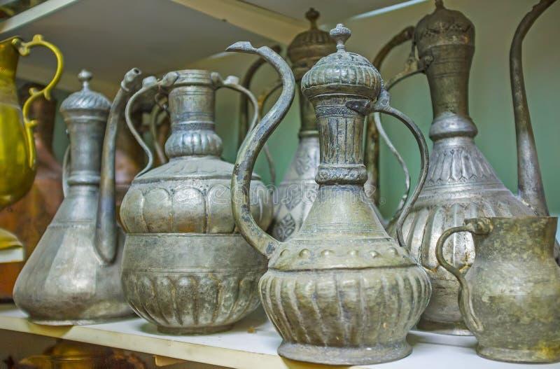 Caffettiere antiche del dallah a Adalia, Turchia fotografia stock libera da diritti