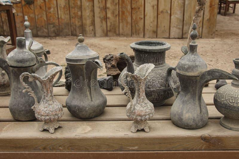 Caffettiere beduine e brocche del vecchio metallo per acqua in una della m. fotografie stock
