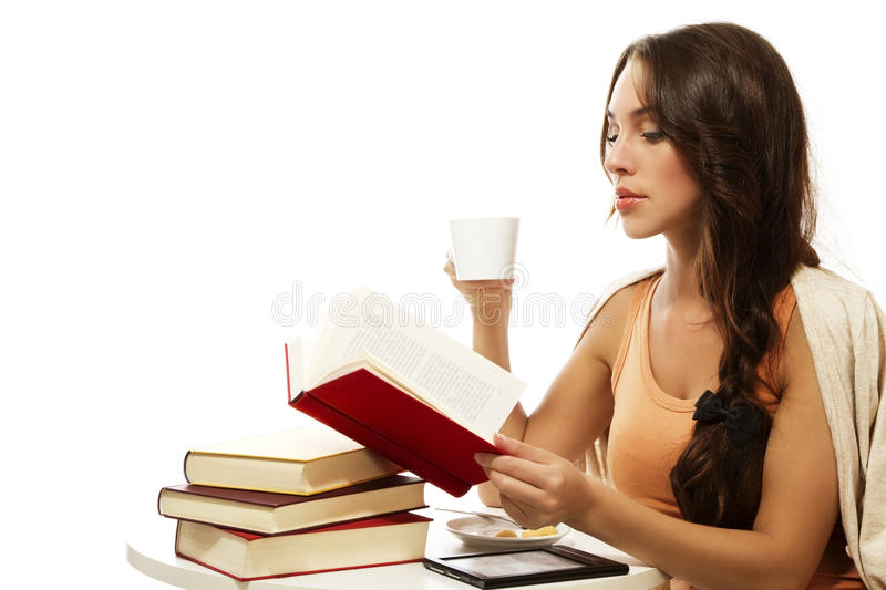Café potable de belle femme tandis que livre de relevé photo stock