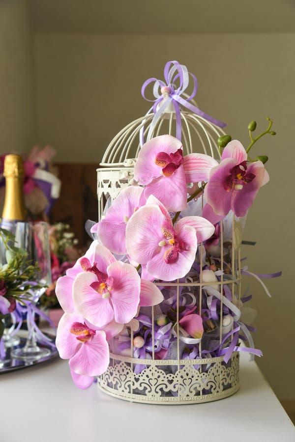 Cage à oiseaux blanche de cru décoratif avec des fleurs images libres de droits