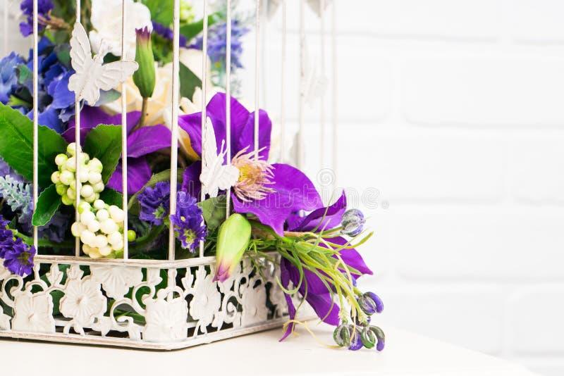 Cage à oiseaux décorative de vintage blanc avec de belles fleurs photos libres de droits