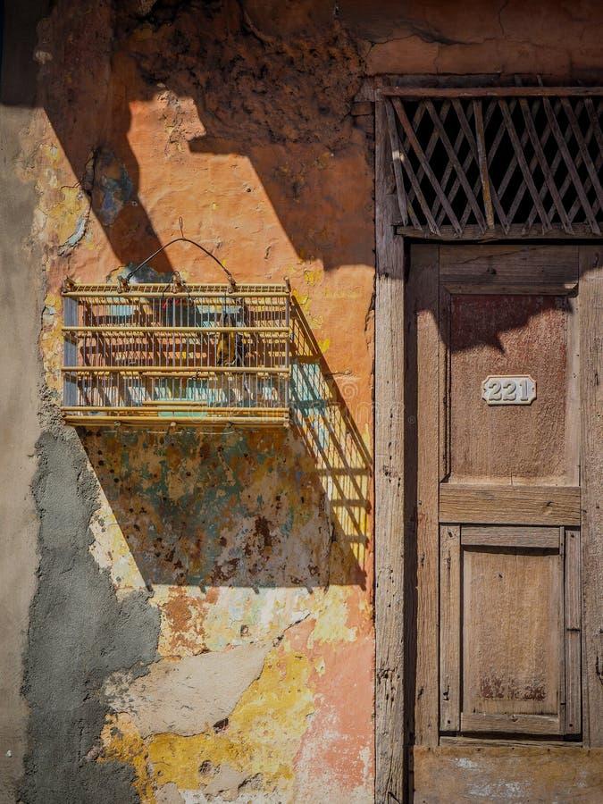Cage à oiseaux sur un mur érodé photos libres de droits