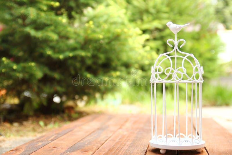 Cage décorative avec des fleurs pour la cérémonie de mariage photo libre de droits