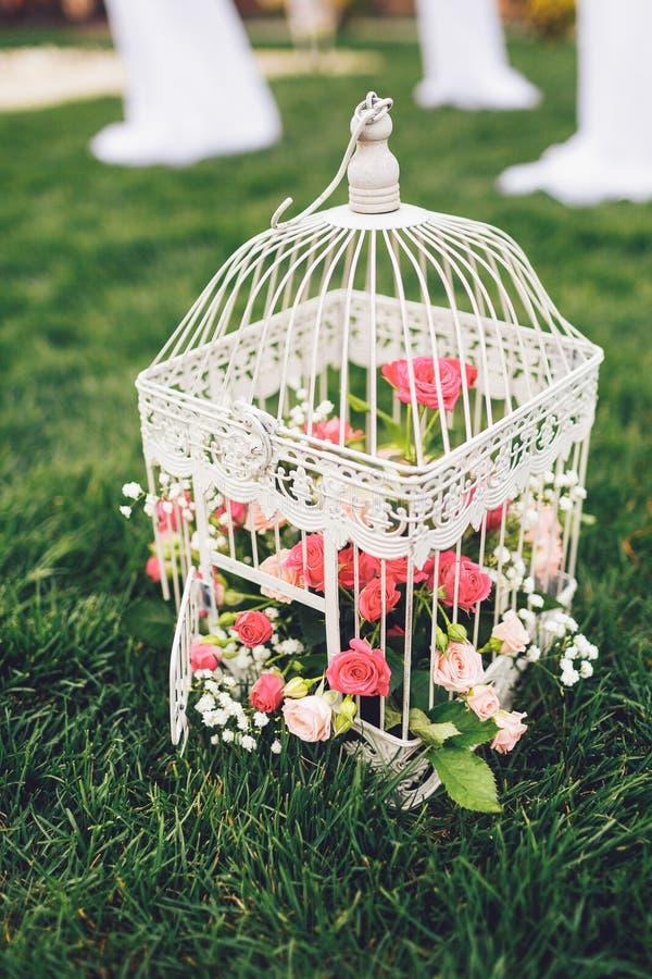 Cage décorative avec des fleurs pour le mariage images libres de droits
