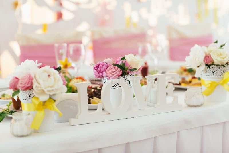Cage décorative avec des fleurs pour le mariage photo stock