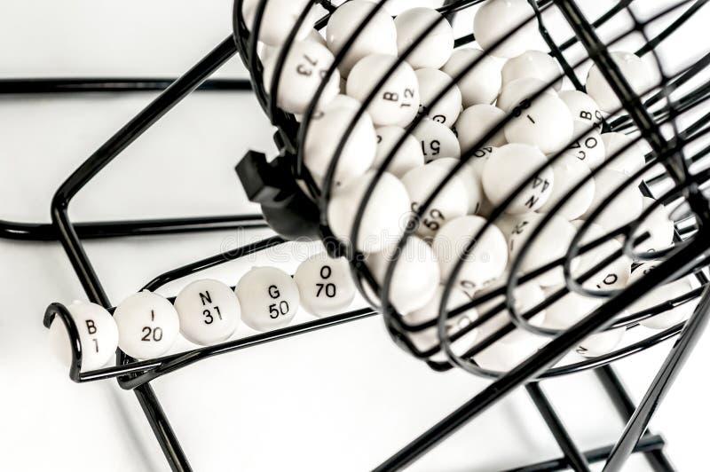 Cage de bingo-test avec des boules de nombre images libres de droits