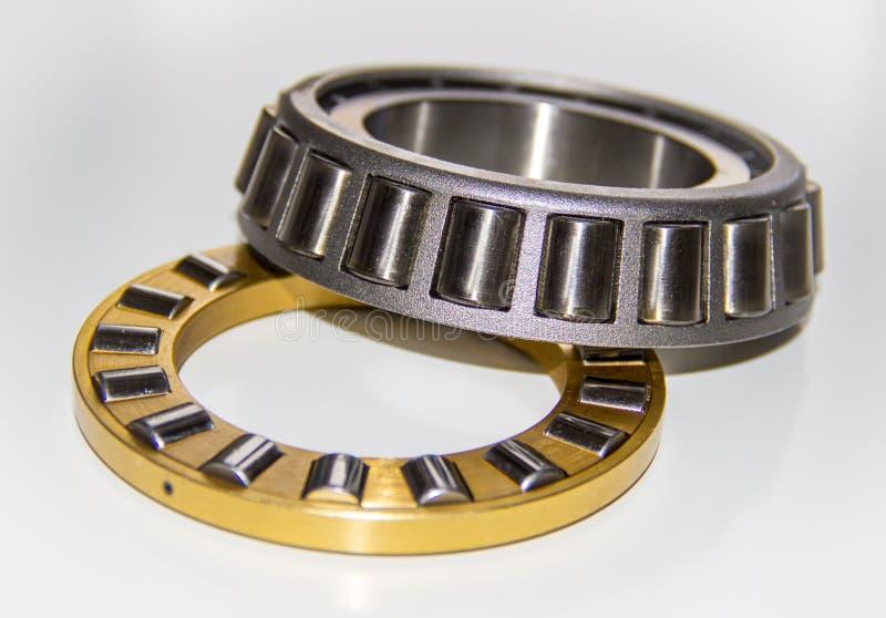 Cage en laiton de rouleau d'un roulement à rouleaux de poussée et cage inoxydable de rouleau d'un roulement à rouleaux coniques photographie stock