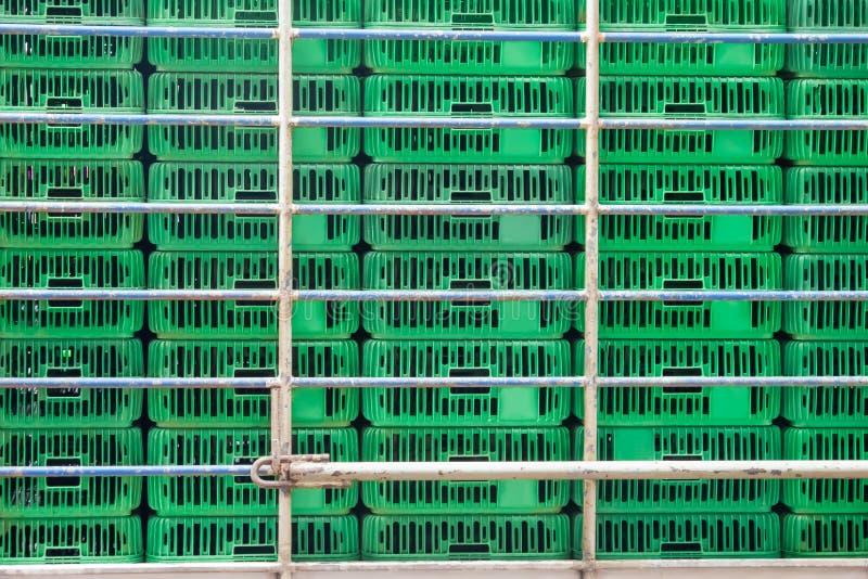 Cage vide pour le transport de poulet image stock