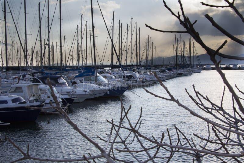 CAGLIARI, ITÁLIA - 12 de fevereiro de 2012: Marina Su Siccu - Sardinia imagem de stock