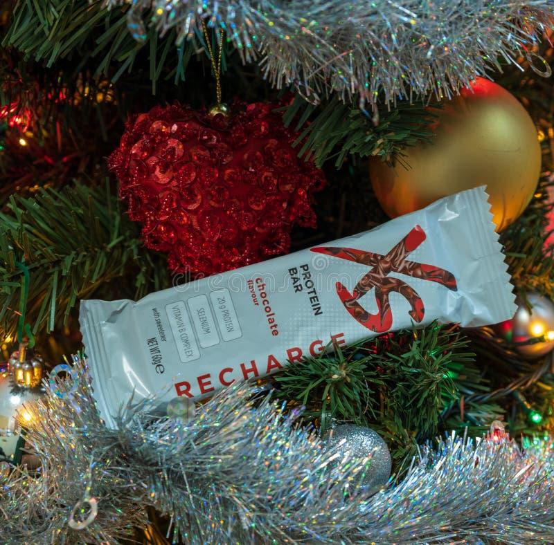 CAGLIARI, ITALIE - DÉCEMBRE 2018 : Barre de protéine de nutrition de sport de XS sur un arbre de Noël Nutrilite naturel et supplé photographie stock