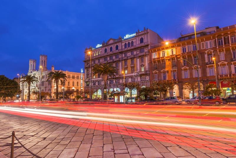 Cagliari, Sardegna, Italia: Vista di notte della via centrale immagini stock