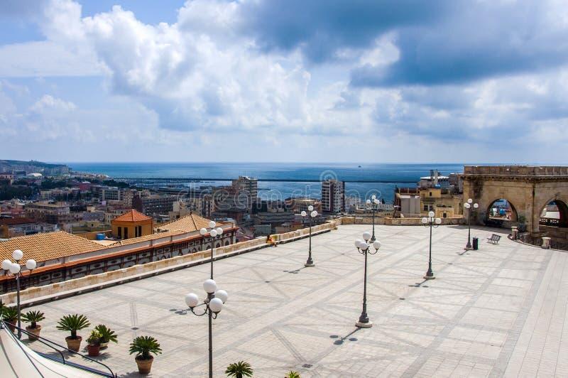 Cagliari, Sardinia Włochy nabrzeżna linia horyzontu na morzu śródziemnomorskim od Umberto tarasu zdjęcie stock